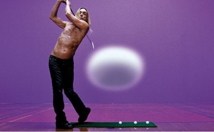 Iggy Pop playing golf in a Swiftcover ad