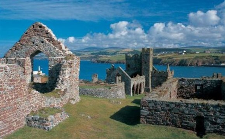 isle-of-man-church-ruins-on-clifftop-looking-out-to-sea